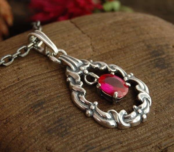 Arella - srebrny wisiorek z rubinem