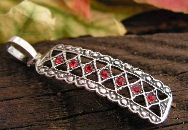 Gata - srebrny wisiorek z rubinami