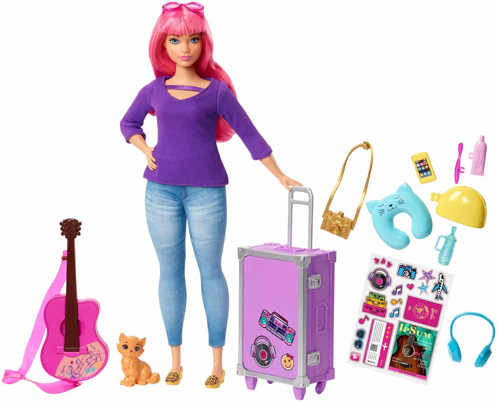 Barbie, Lalka Daisy I Zestaw Podróżny Z Kotkiem, Bagażem, Gitarą I 9 Akcesoriami, FWV26