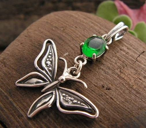 Motylek - srebrny wisiorek ze szmaragdem