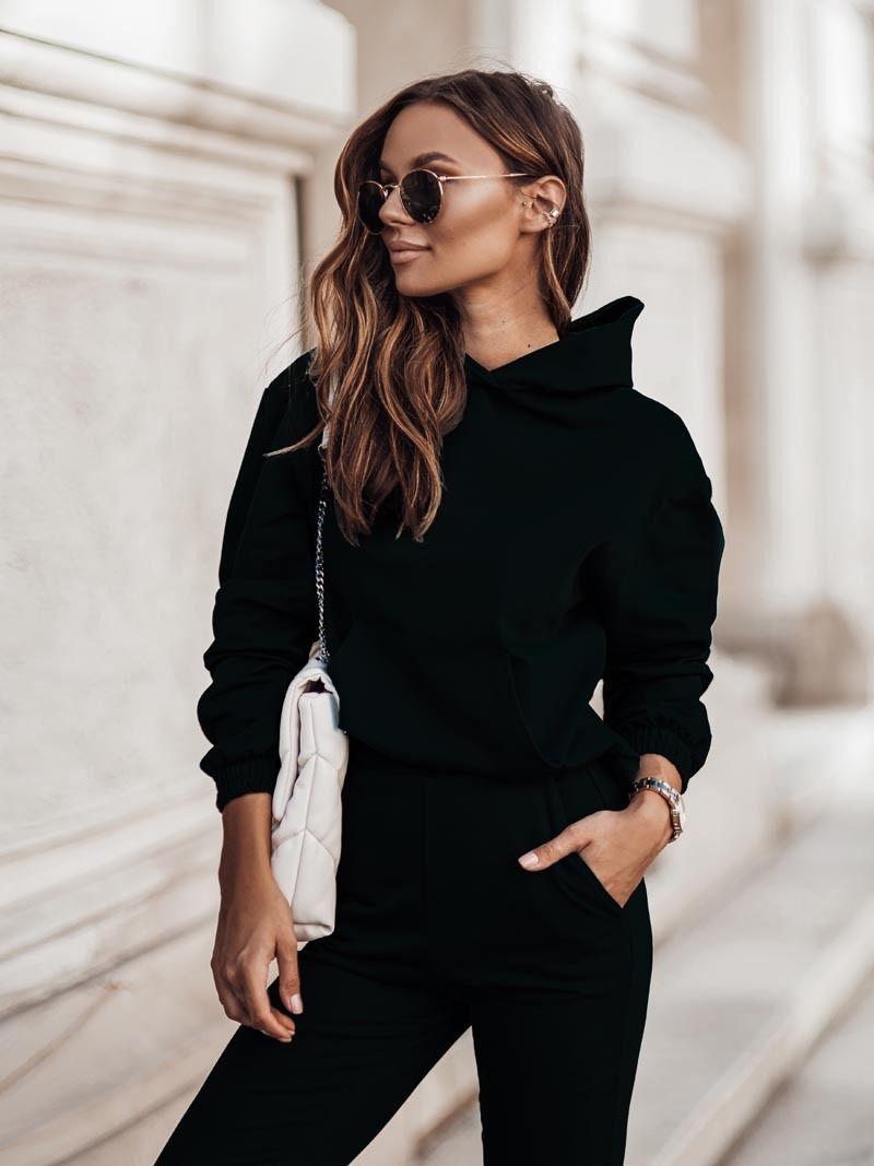 Czarny damski dres z kapturem