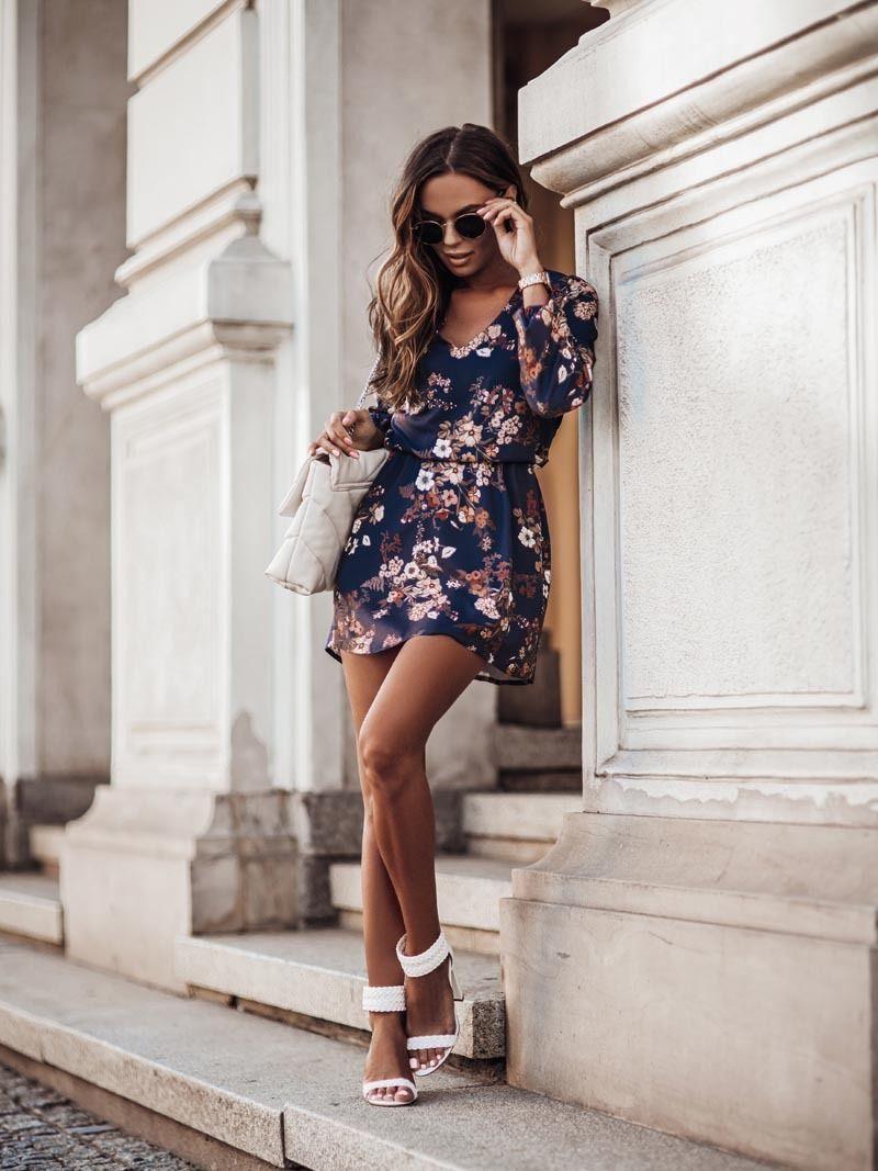 Lekka sukienka w serek z gumką w talii - kwiaty