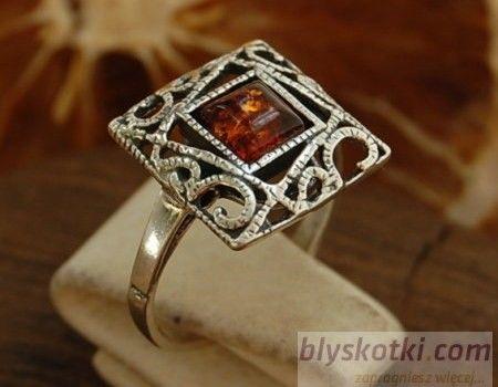 Miranda - srebrny pierścionek z bursztynem