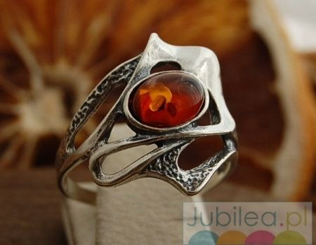 Nadina - srebrny pierścionek z bursztynem