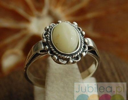 Benita - srebrny pierścionek z bursztynem