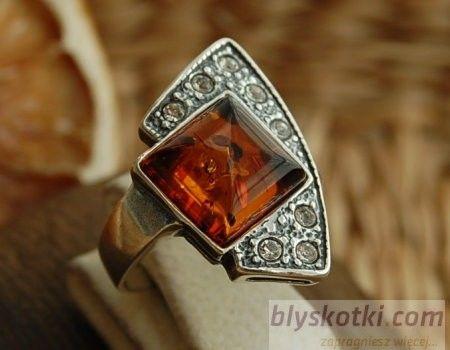 Gioco - srebrny pierścionek z bursztynem i kryształkami