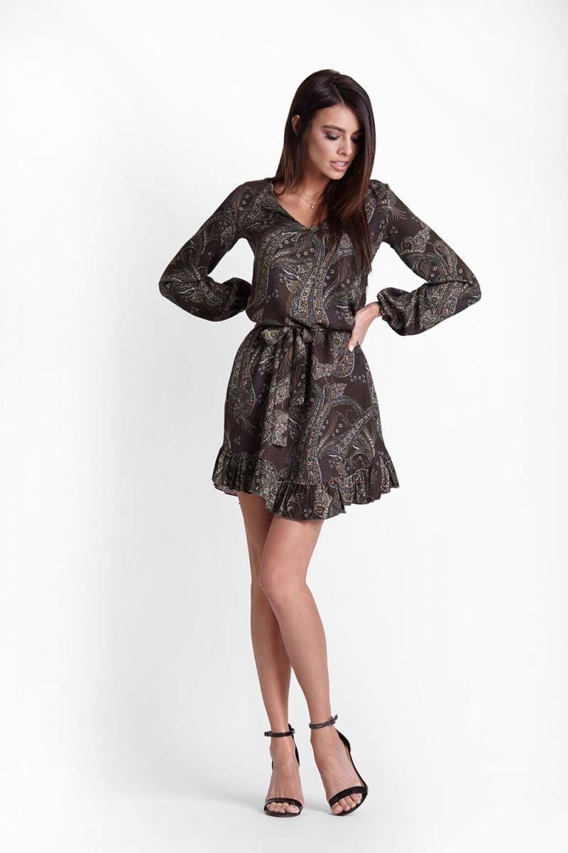 Khaki wzorzysta sukienka z falbankami przewiązana paskiem