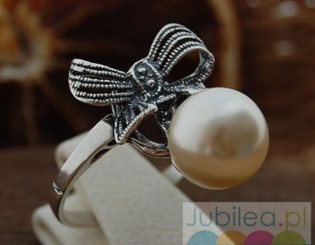 Kokarda - srebrny pierścionek z perłą