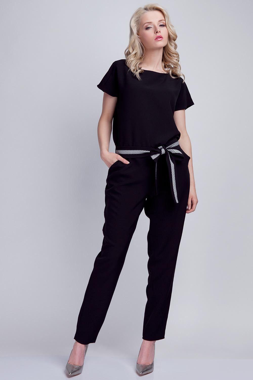Czarny kombinezon z rozcięciem na plecach z wiązanym paskiem
