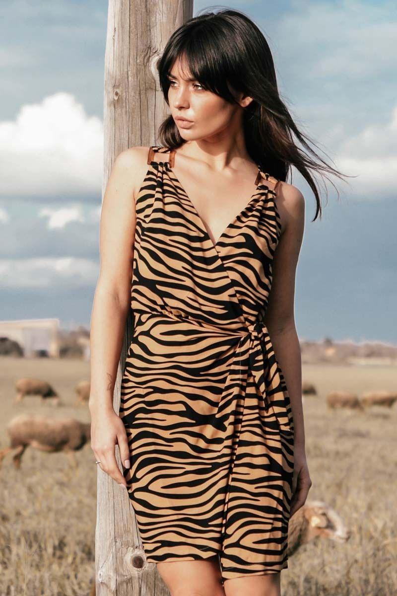 Mini sukienka na zakładkę w zwierzęcy print - karmelowy