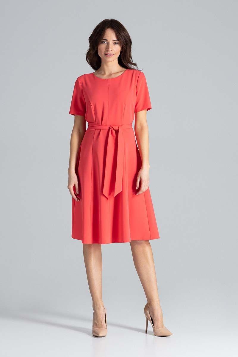 Koralowa rozkloszowana sukienka z paskiem