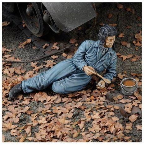 Figurka Radziecki Czołgista w Trakcie Posiłku II WŚ Royal Model 1/35