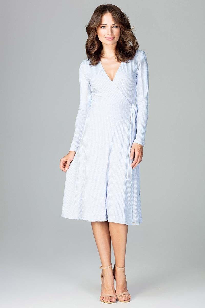 Jasnoniebieska sukienka kopertowa wiązana na boku