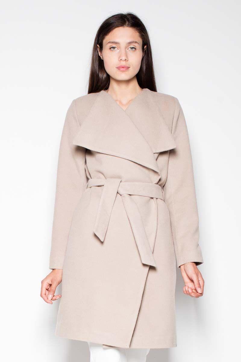 Beżowy elegancki płaszcz przewiązany paskiem