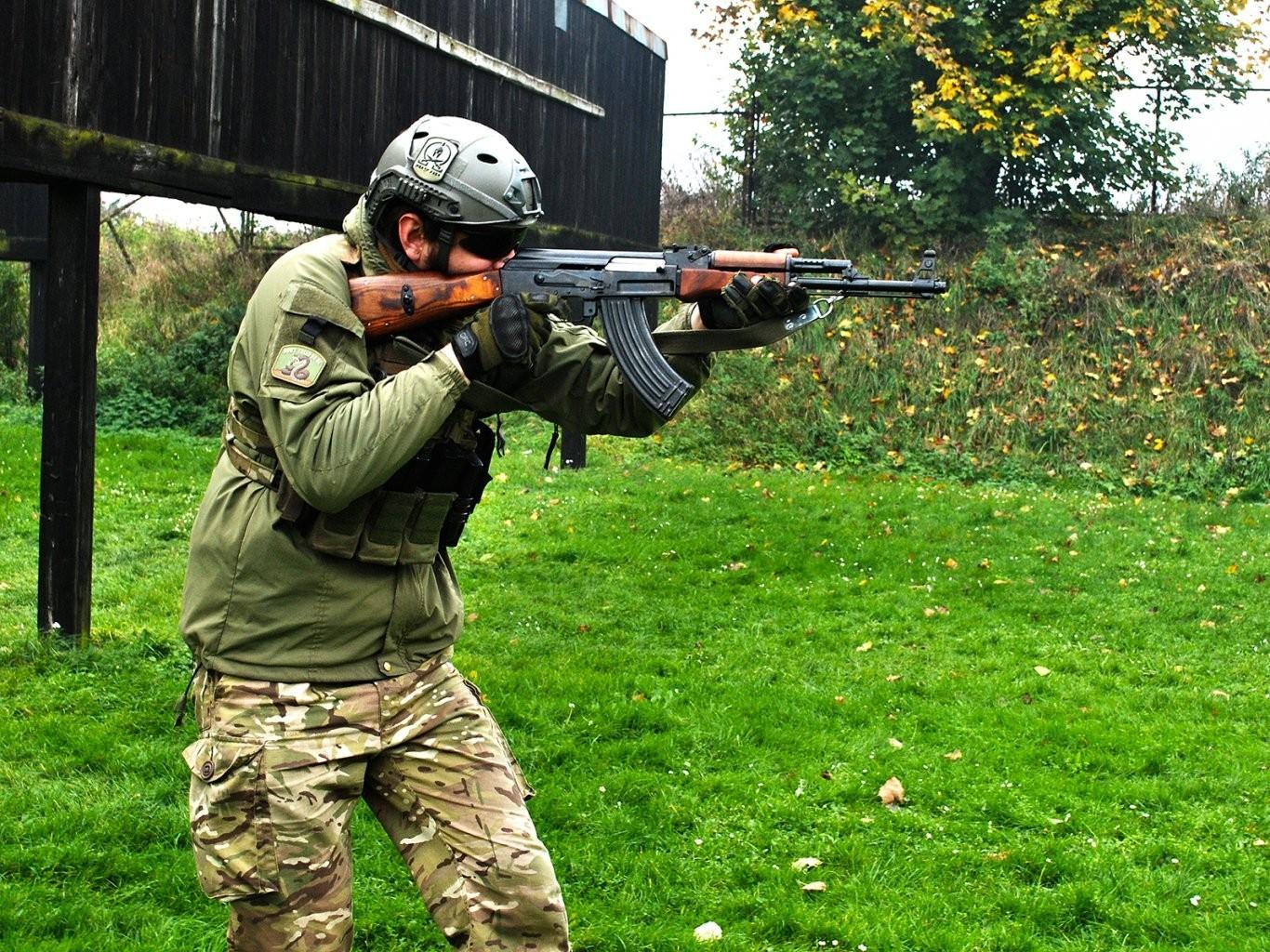 Strzelanie z Kałasznikowa na strzelnicy  Wrocław