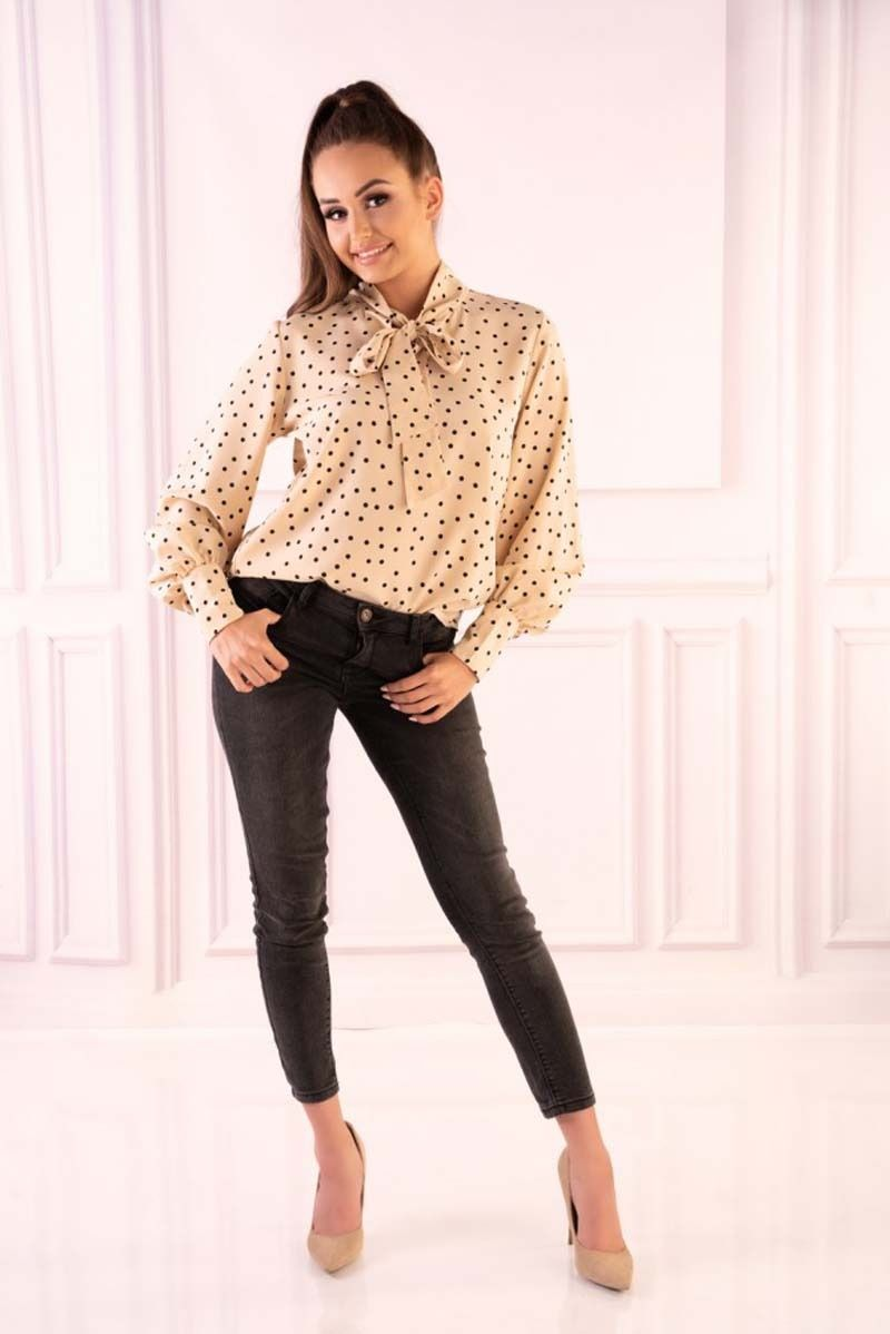 Ecru bluzka w groszki z wiązaną szarfą