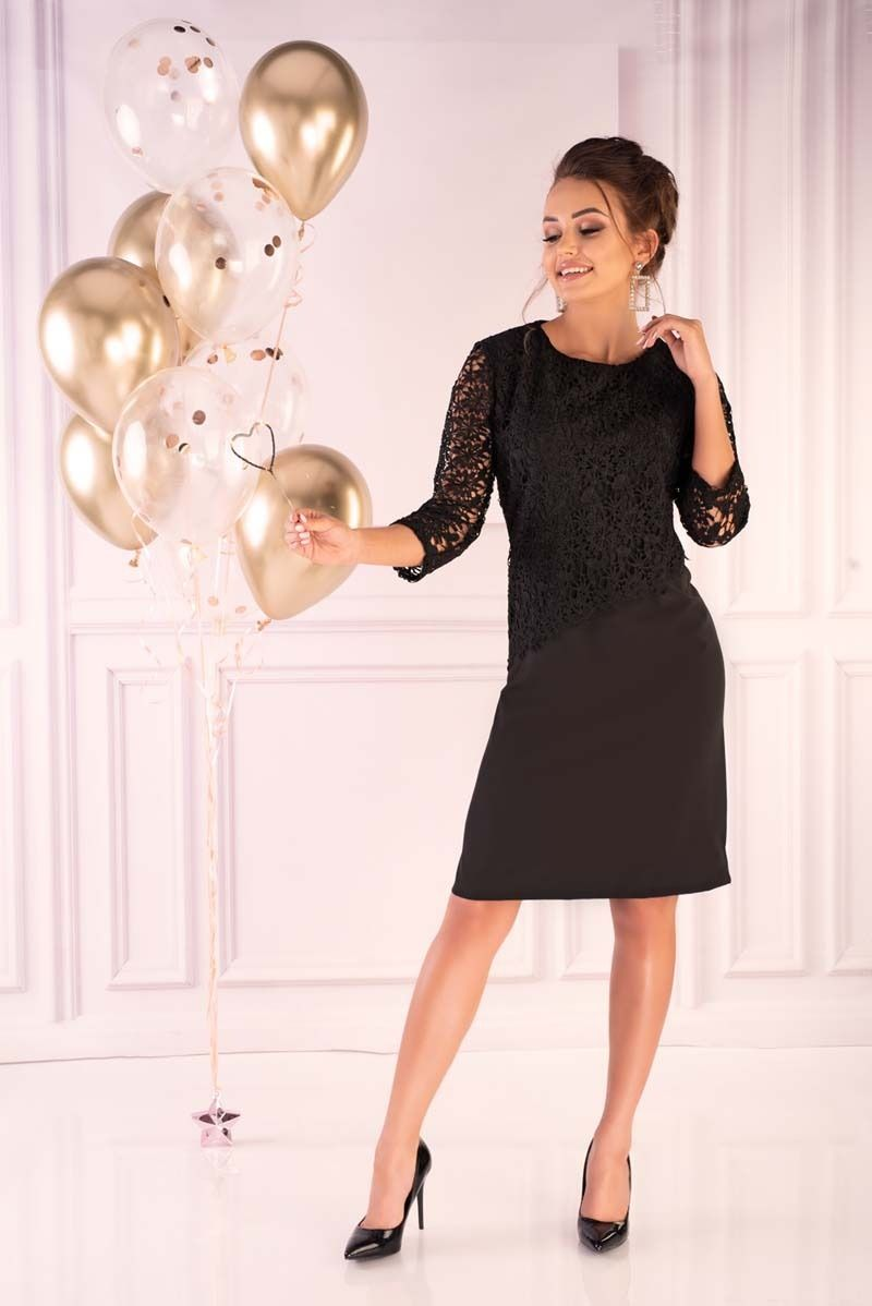 Czarna dopasowana sukienka z gipiurą