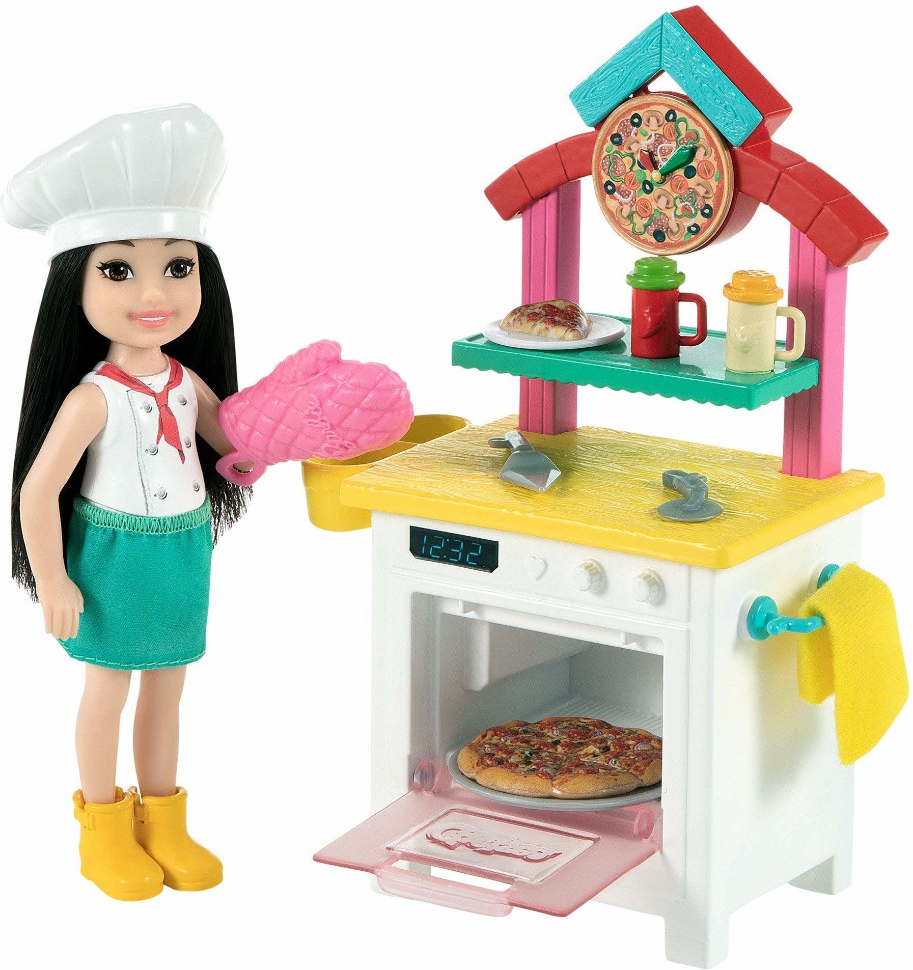 Barbie GTN63 - Chelsea pizza z brązową lalką Chelsea (ok. 15 cm), piecyk do pizzy, 2 puszki na przyprawy, miseczka do pizzy i inne, wspaniały prezent dla dzieci od 3 roku życia