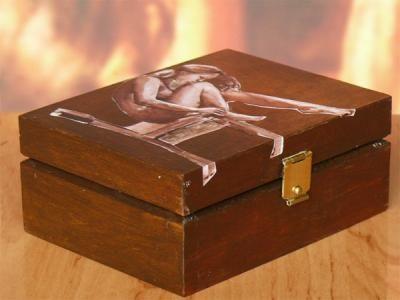 Drewniana szkatułka na biżuterię z kobie
