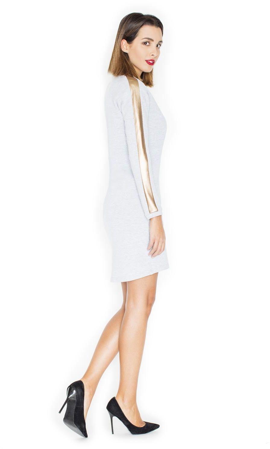 Jasno szara prosta sukienka ze złotymi wstawkami na rękawach