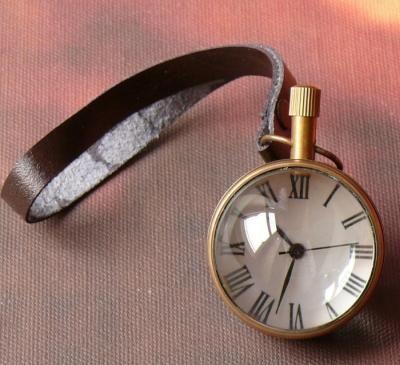 Mosiężny soczewkowy zegar w stylu retro