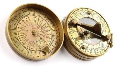 Kieszonkowy kompas mosiężny z zegarem