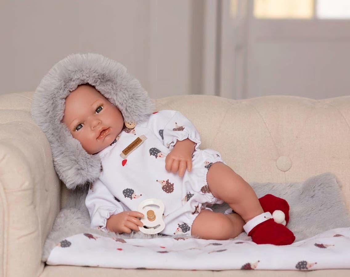 Guca lalka Mateo 38 cm z białymi śpioszkami, czapką i kocem do włosów z czerwonymi butami, wielokolorowa (903)