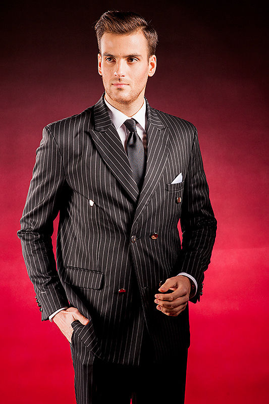 Czarny garnitur w białe paski Gentleman
