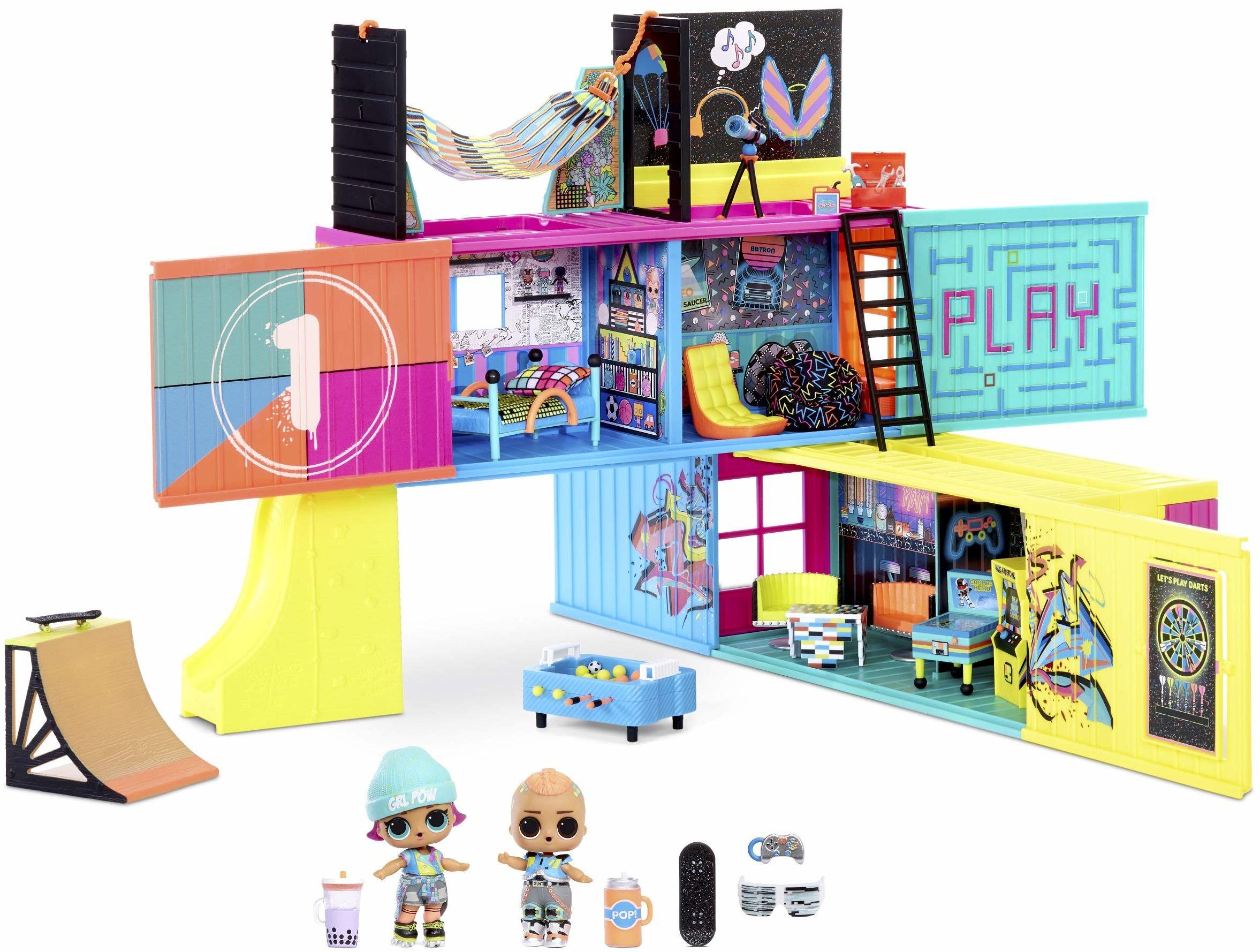 LOL Surprise Clubhouse domek dla lalek z ponad 40 niespodziankami. 2ekskluzywne lalki, 7 miejsc spotkań, kuchnia, sypialnia, patio, sala gier i nie tylko! Meble i akcesoria. Dla dziewczynek w wieku 4+