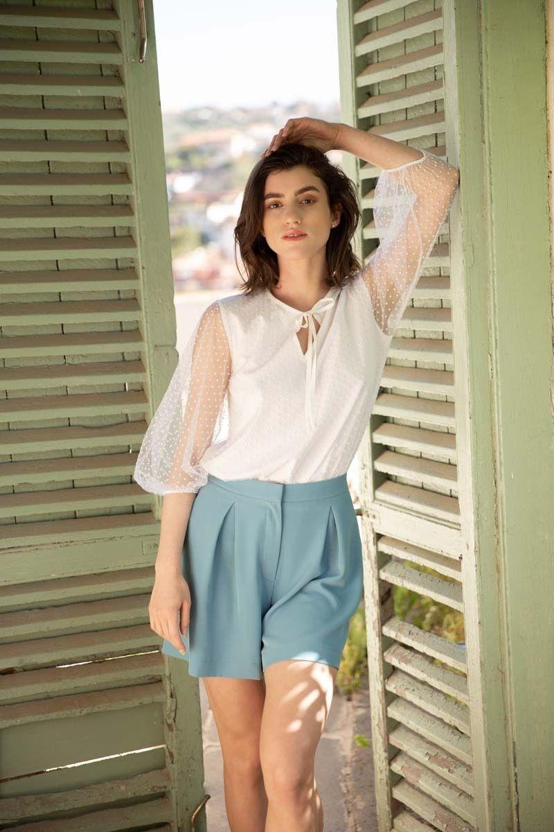 biała prześwitująca bluzka w groszki z bufiastym rękawem