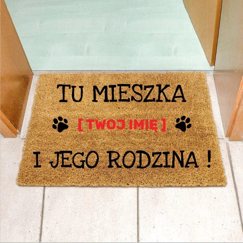 """Wycieraczka kokosowa z napisem """"TU MIESZKA PIES i JEGO RODZINA"""""""