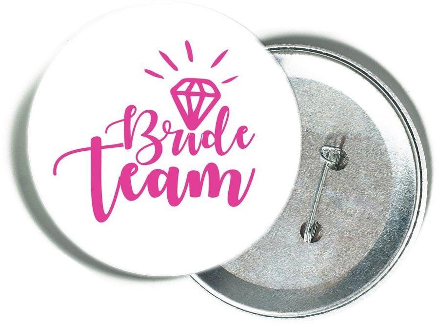 Przypinka biała z różowym napisem Bride Team i diamentem