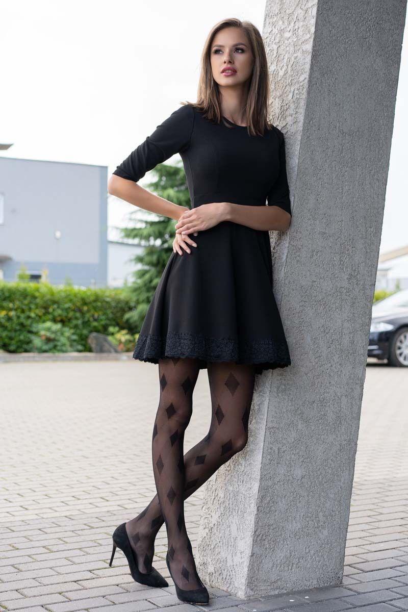 Czarna sukienka z rozszerzanym dołem z koronką
