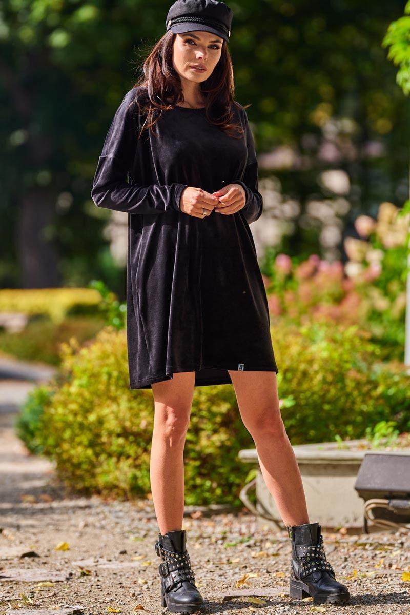 Czarna krótka welurowa sukienka z łódeczkowym dekoltem