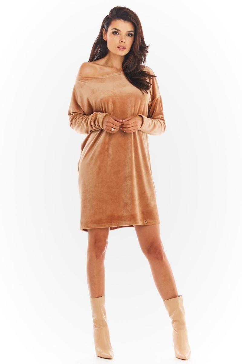 Krótka welurowa sukienka z łódeczkowym dekoltem - beżowa