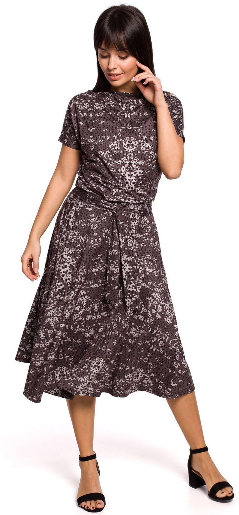 B144 Sukienka z nadrukiem rozkloszowana z paskiem - szara