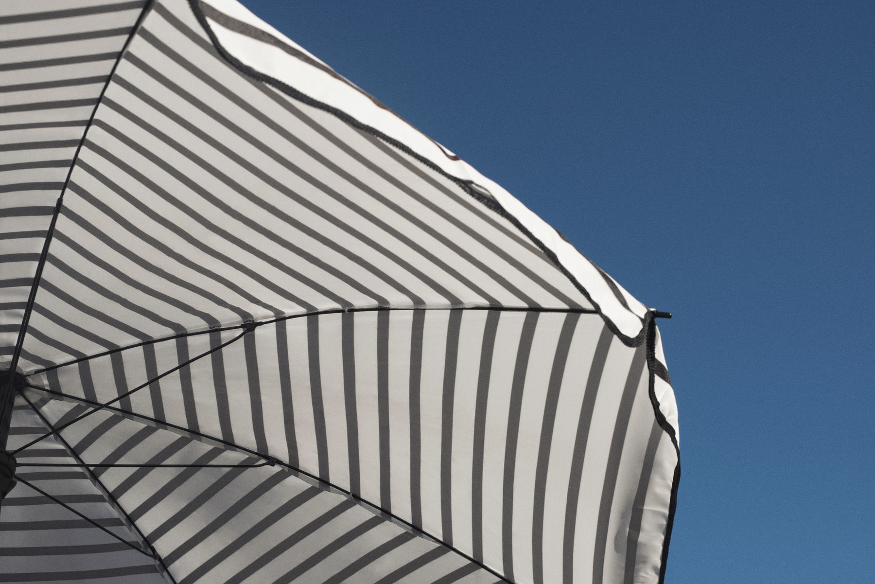Parasol Ogrodowy W Czarno Białe Pasy