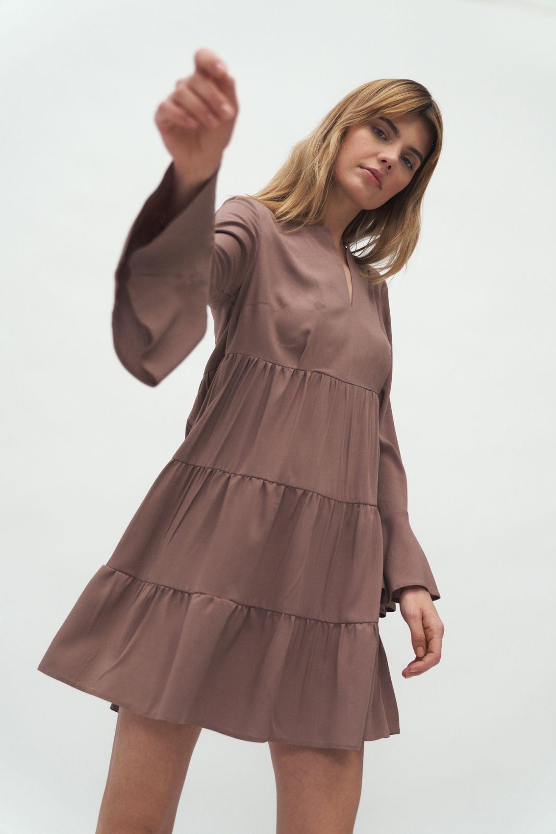 Sukienka wiskozowa z falbaną w kolorze mocca - S180