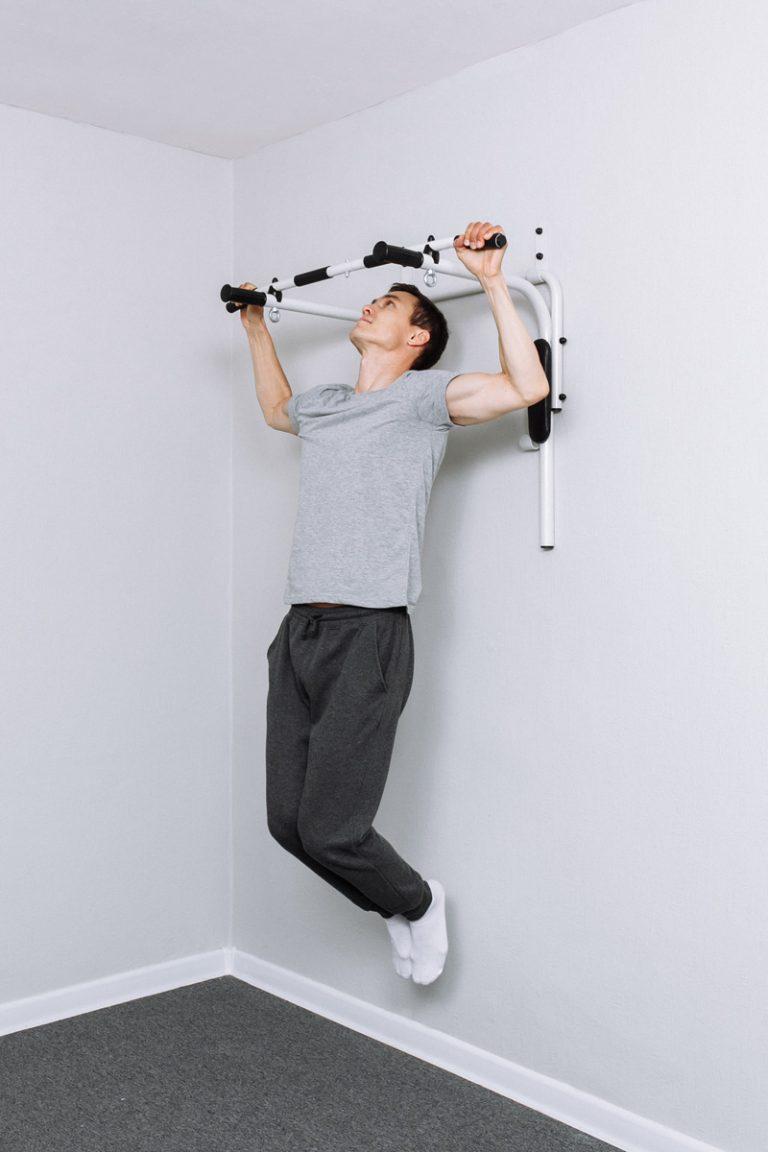 Drążek do podciągania montowany do ściany