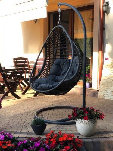 Fotel wiszący na tarasie