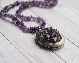 fioletowy sekretnik z kamieniami