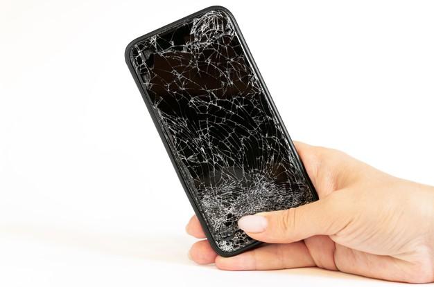 Zniszczony wyświetlacz w smartfonie